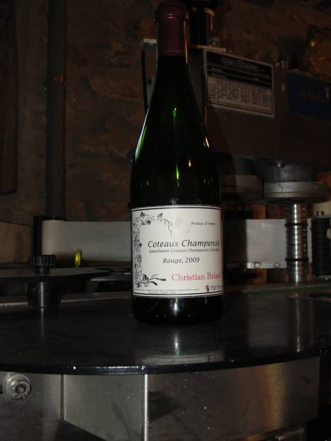 Labeling and encapsulating the coteau Champenois red wine